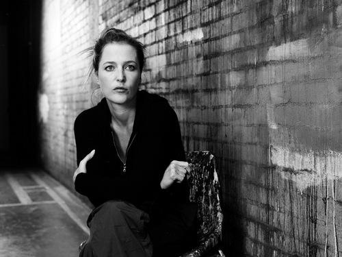 Gillian Anderson achtergrond with a business suit and a straat entitled Gillian Anderson
