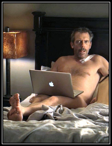 Hugh Laurie+nu+tongue+apple- deliciosamenet sexy!!