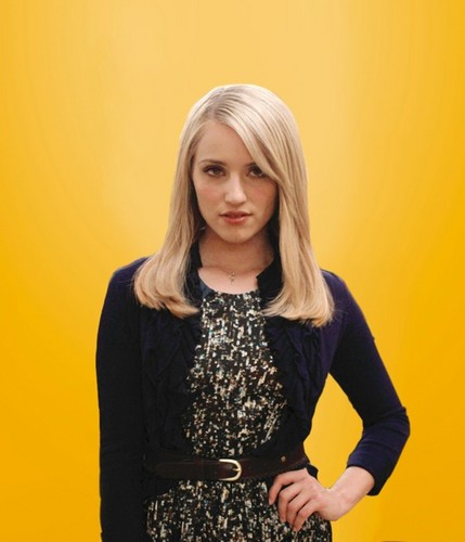 Quinn Fabray wallpaper probably containing a cocktail dress titled Quinn season 4