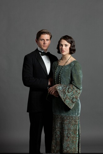 Downton Abbey karatasi la kupamba ukuta containing a business suit called S3 Promo Pics