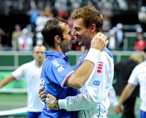 Tomas kisses Ester and Radek