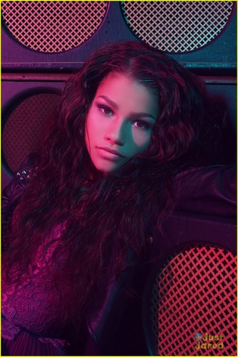 Zendaya Coleman wallpaper probably with a tennis racket titled Zendaya!