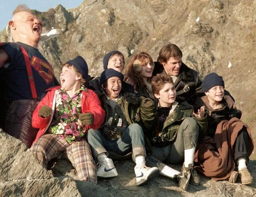 The Goonies দেওয়ালপত্র with a green beret, a rifleman, and সৈনিকের পোশাকবিশেষ called goonies