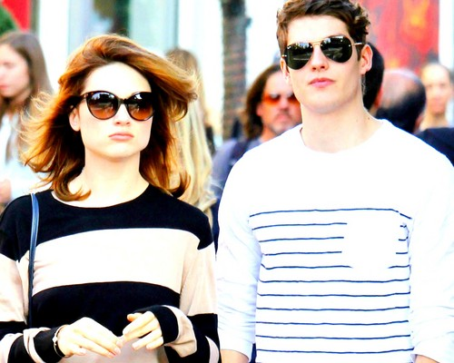 Daniel Sharman karatasi la kupamba ukuta containing sunglasses entitled Crystal Reed and Daniel Sharman