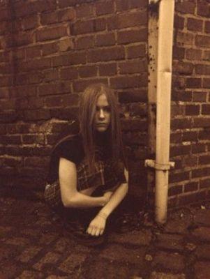 Avril Lavigne karatasi la kupamba ukuta with a mitaani, mtaa entitled Elon T-Shirt Photoshoot 2003