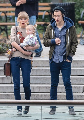 One Direction Обои entitled Harry, Tayor and Baby Lux in NYC //12//02//12
