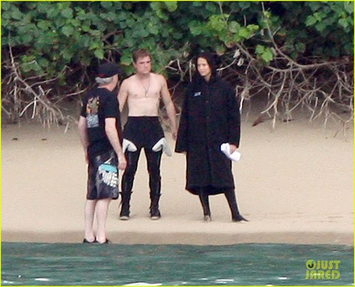 Peeta Mellark वॉलपेपर called Jennifer Lawrence & Shirtless Josh Hutcherson: 'Catching Fire' Sea Scenes!