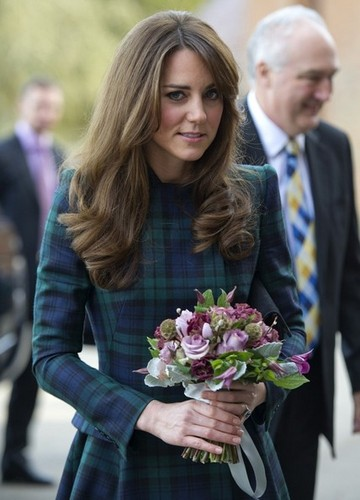 Prinz William Hintergrund possibly containing a bridesmaid and a bouquet called Kate Middleton Visits St. Andrew's School