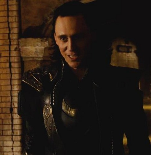 Loki (Thor 2011) fondo de pantalla containing a well dressed person called Loki