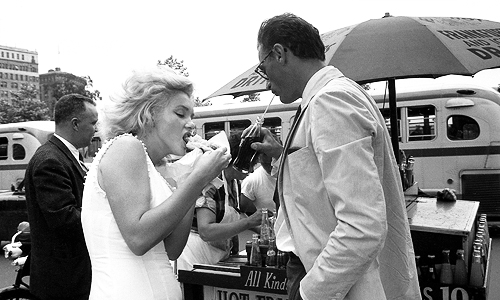 Marilyn Monroe with Arthur Miller eating a hot dog