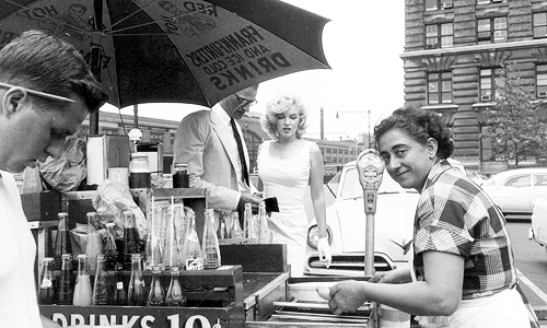Marilyn Monroe with Arthur Miller eating a hot dog