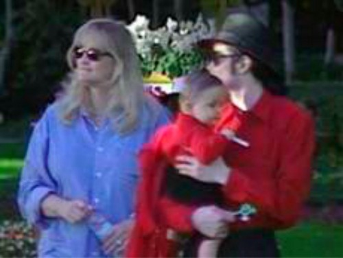 Michael,Debbie Rowe with baby Prince!