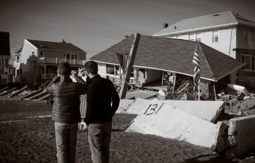 Neil helping Hurricane Sandy victims at Rockaway pantai