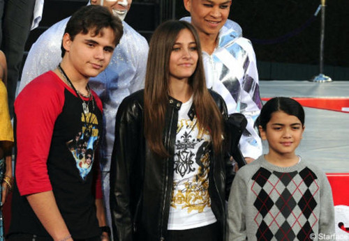 "Paris Jackson wallpaper probably containing a leisure wear called Paris With Her Brothers, Prince And ""Blanket"""
