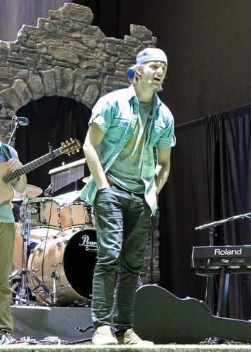Keith Harkin achtergrond containing a trommelaar, drummer and a concert entitled Soundcheck