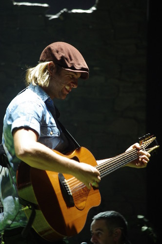 Keith Harkin achtergrond with a guitarist and a concert entitled soundchecks