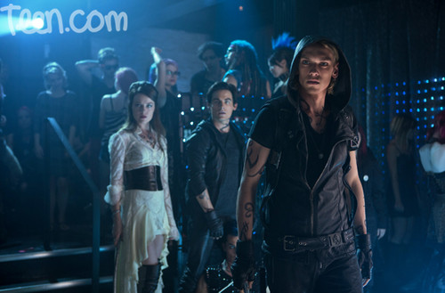 Jamie Campbell Bower Hintergrund containing a konzert entitled 'The Mortal Instruments: City of Bones' still