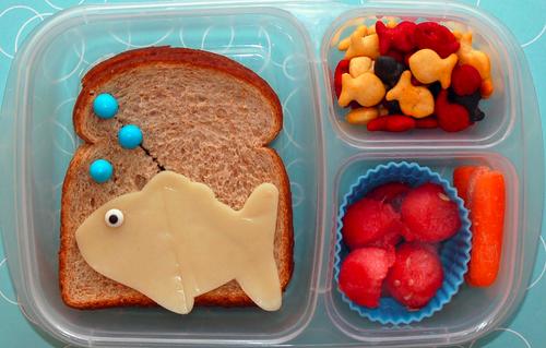 A bubble eye goldfish fan's perfect lunch :)