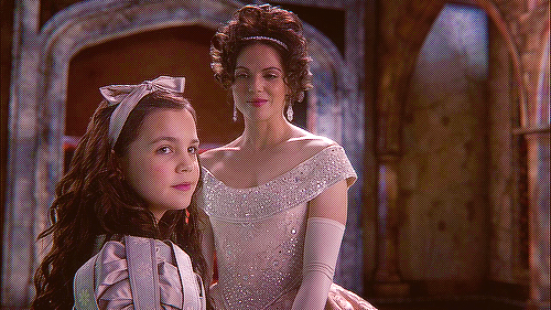 Bailee as Young Snow White and Lana as the Evil क्वीन in OUAT