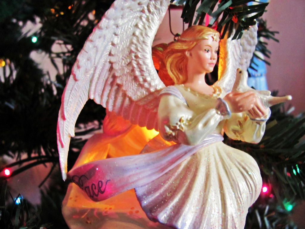 http://images6.fanpop.com/image/photos/33000000/Christmas-Angel-wallpaper-angels-33006996-1024-768.jpg