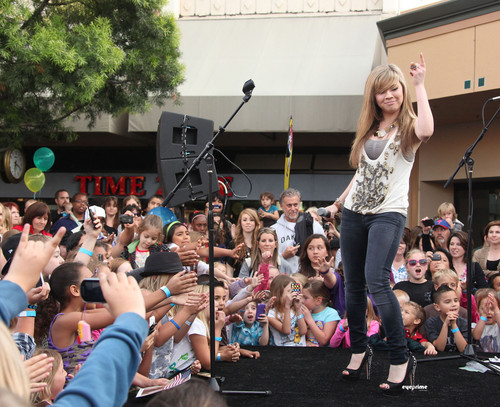 Jennette McCurdy Обои probably with a концерт called Jennette McCurdy