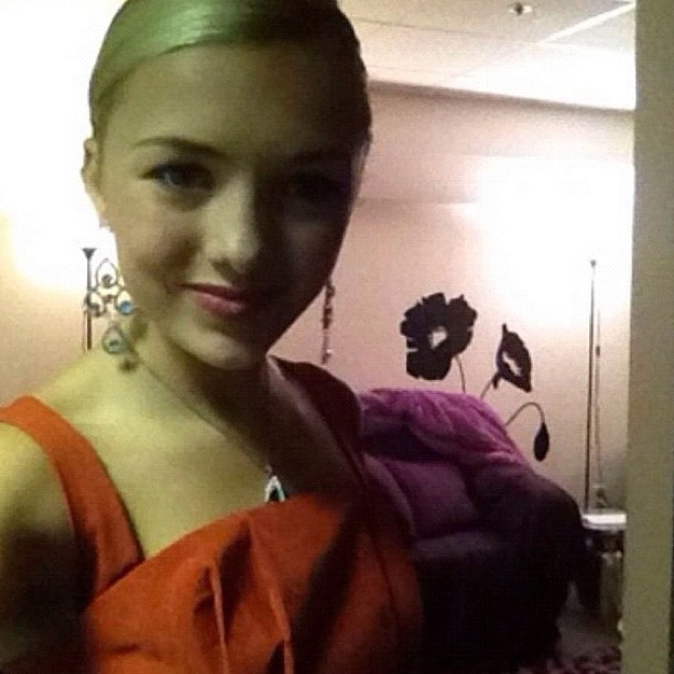 Peyton R. List (Emma Ross) Jessie set!