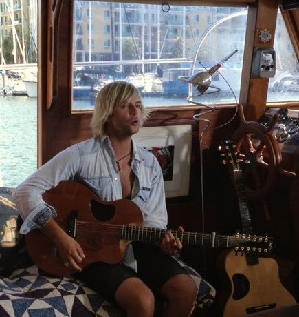 Keith Harkin achtergrond with a guitarist entitled Life in Cali
