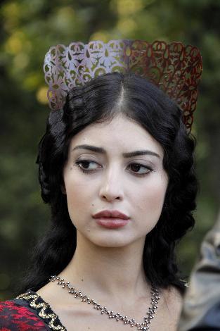Melike Ipek Yalova as Princess Isabella in Muhtesem Yuzyil
