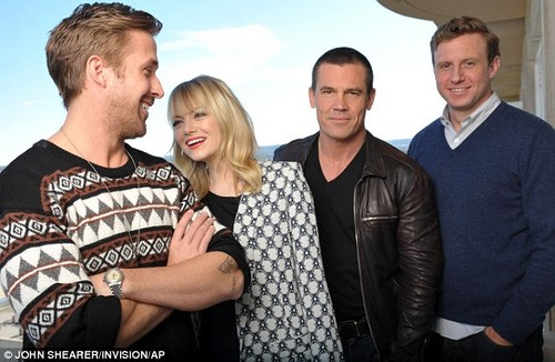 Photoshoot: Emma, Ryan শিশু-হংসী and Josh Brolin at Beverly Hills hotel, 17 Decmber