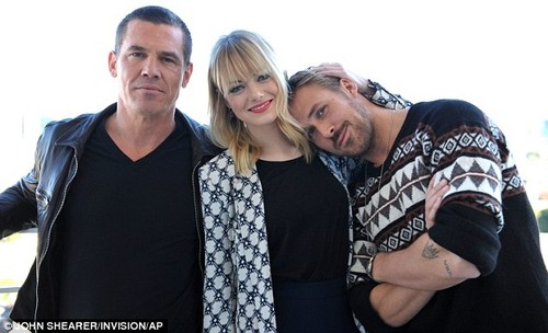 Photoshoot: Emma, Ryan Gosling and Josh Brolin at Beverly Hills hotel, 17 Decmber