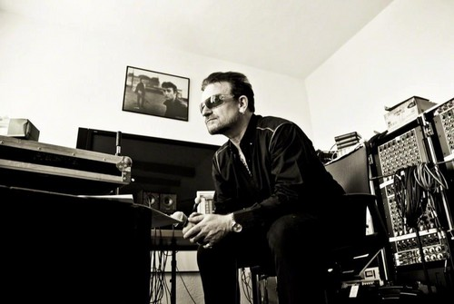 U2 壁紙 possibly with a pianist, a business suit, and a synthesizer called U2