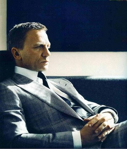 Daniel Craig Hintergrund with a business suit and a suit titled Daniel Craig