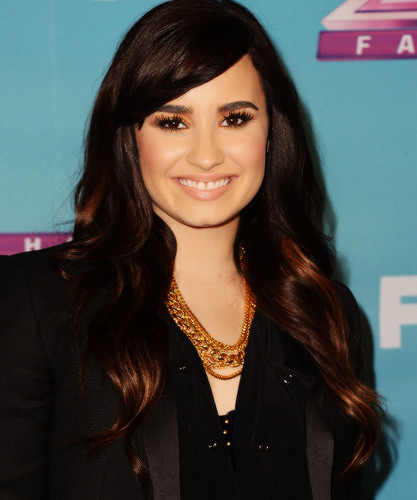 Demi Lovato hình nền possibly with a well dressed person entitled Demiii xxx