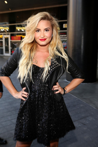 Demi Lovato wallpaper with a hip boot and a well dressed person titled Demiii xxx