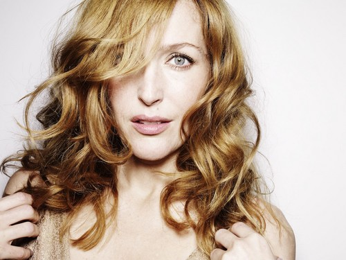 Gillian Anderson wolpeyper with a portrait entitled Esquire Photoshoot