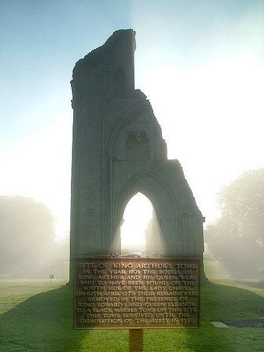 Glastonbury: The Resting Place of the Once and Future King and क्वीन