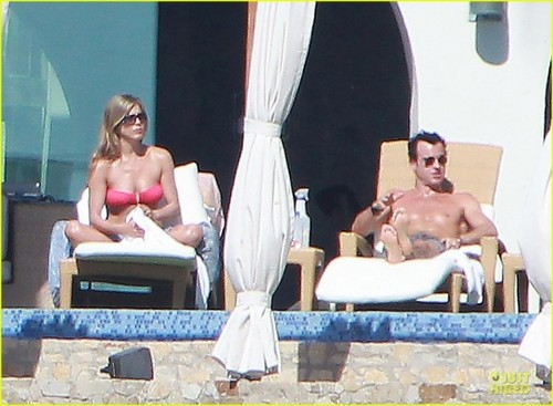 Jennifer and Justin sunbathing in Los Cabos, Mexico (28.12.2012)