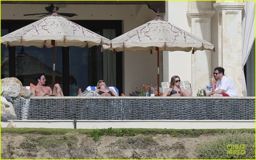 Jennifer and Justin sunbathing in Los Cabos, Mexico (29.12.2012)