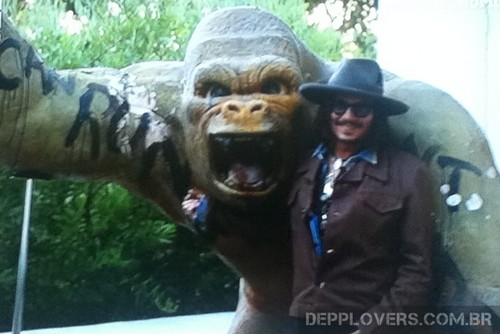Johnny Depp and his 首页 gorilla in a congratulatory video for the Rolling Stones