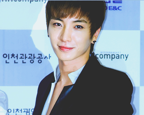 Super Junior karatasi la kupamba ukuta with a business suit titled Leeteuk