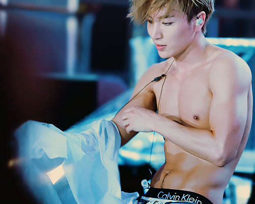 Super Junior hình nền probably with a một khúc lớn, hunk and skin entitled Leeteuk