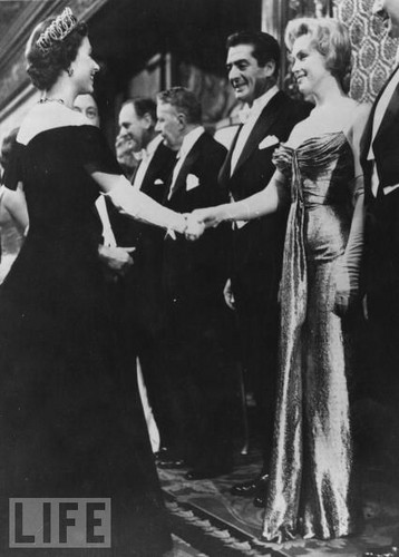 Marilyn Monroe meets クイーン Elizabeth II, London, 1956