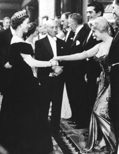 Marilyn Monroe meets reyna Elizabeth II, London, 1956