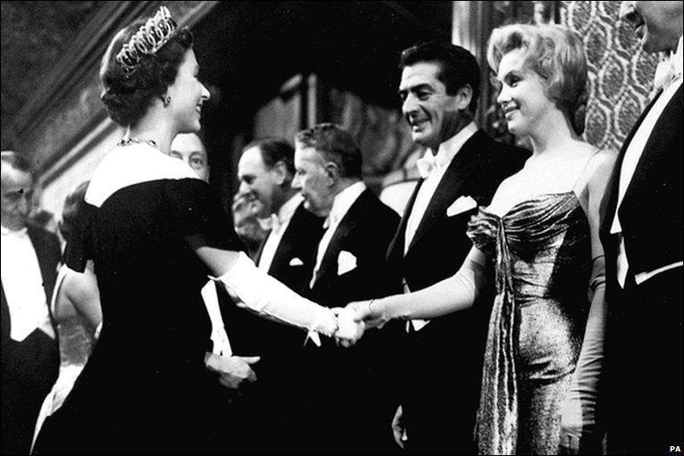Marilyn Monroe meets 퀸 Elizabeth II, London, 1956
