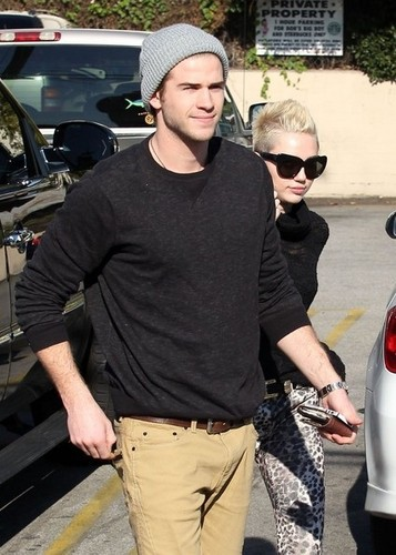 Miley Cyrus and Liam Hemsworth stopping によって a スターバックス on Saturday (December 22) in Toluca Lake