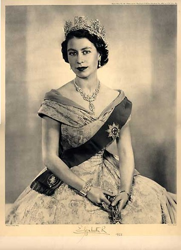 Ratu Elizabeth II kertas dinding possibly containing a koktel dress, a dress, and a makan malam, majlis makan malam dress titled Queen Elizabeth II