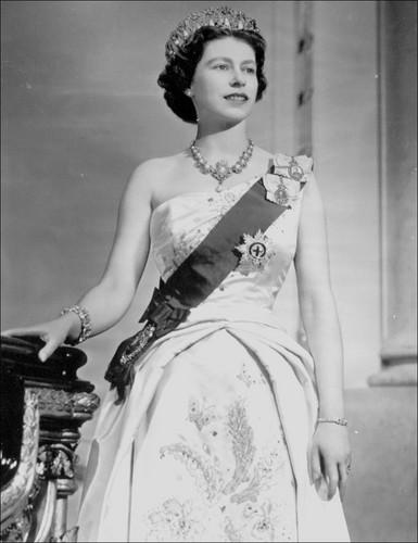 Ratu Elizabeth II kertas dinding probably containing a bridesmaid, a makan malam, majlis makan malam dress, and a gaun called Queen Elizabeth II