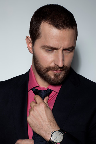 Richard Armitage Hintergrund with a business suit and a suit called Richard Armitage