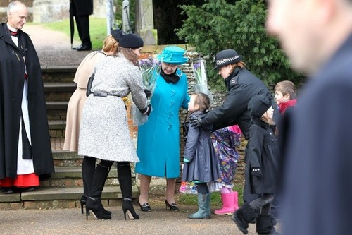 Ratu Elizabeth II kertas dinding containing a business suit entitled Royal Family Sandringham Krismas 2012