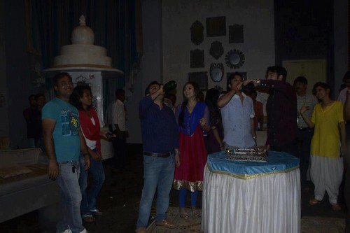 Vivian Dsena karatasi la kupamba ukuta probably containing a lectern, a street, and a drawing room called TRP celebration on set of Madhubala